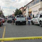 Asaltan y disparan a clientes de banco Santander de Guadalupe.