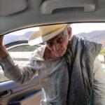 Abuelito busca a sus hijos que viven en los Angeles California.