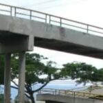 Joven salta de un puente peatonal en Guadalupe