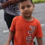 VIDEO: Vuelca camión cargado de naranjas, y ante rapiña de otros, niño intenta pagar sus naranjas