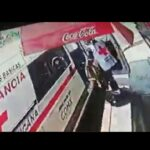 VIDEO: Vergonzoso, paramédicos de Cruz Roja roban banco de madera de una tienda