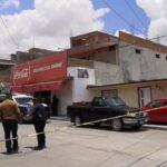 Atacan a balazos a propietario de tienda de abarrotes, muere en el lugar.