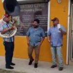 VIDEO: Hombre contrata una banda para celebrar su divorcio afuera del Registro Civil