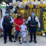 Policías Estatales, escoltan a niña para recibir su certificado