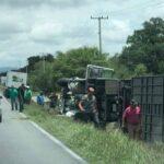 Sufre volcadura, camión del Conjunto Río Grande