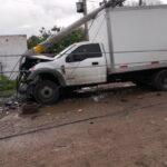 Camioneta choca contra poste de luz, y los deja sin energía eléctrica